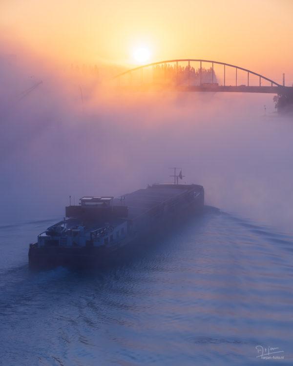 Boot op de Rijn in de mist